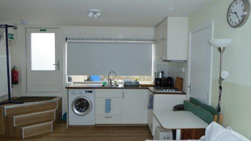 A kitchen or kitchenette at Houseboat In The Center, 5 min walk to Tropical Museum, Free Wifi!