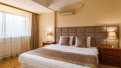 Кровать или кровати в номере Сосновый Бор, парк-отель