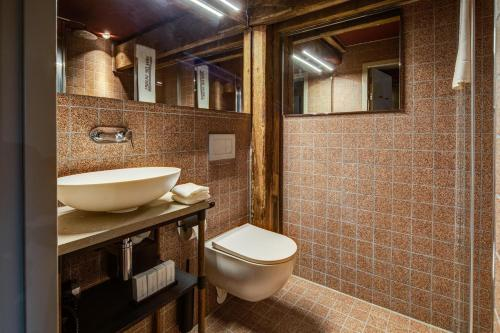 A bathroom at Hotel van de Vijsel
