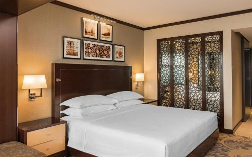 A bed or beds in a room at Sheraton Dubai Creek Hotel & Towers