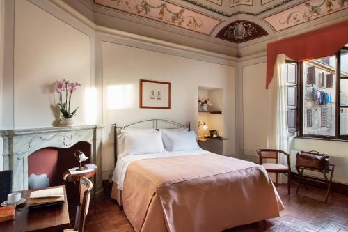 A bed or beds in a room at Hotel L'Antico Pozzo
