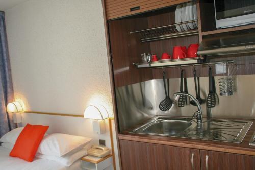 Cuisine ou kitchenette dans l'établissement Hôtel des Thermes Les Dômes