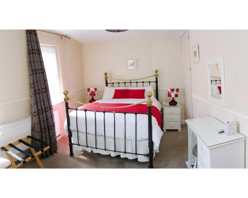 A bed or beds in a room at Kennys Guest House