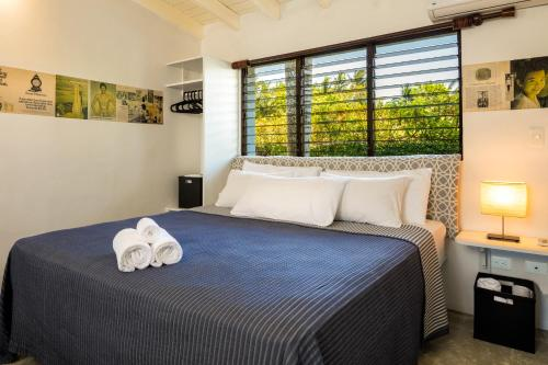 A bed or beds in a room at El Encuentro Surf Lodge