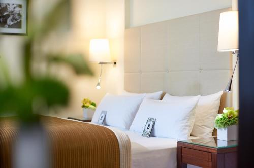 A bed or beds in a room at Hotel Bristol Berlin