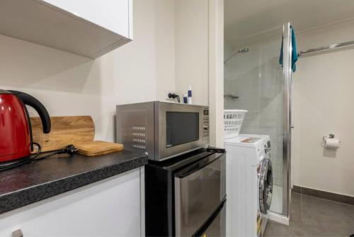 A kitchen or kitchenette at Readyset Apartments on Anthony