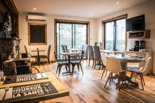 A restaurant or other place to eat at Gîte du Haut des Arbres
