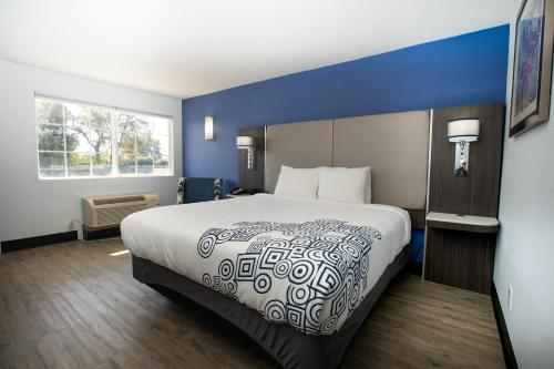 A bed or beds in a room at SureStay Plus Hotel by Best Western Sacramento Cal Expo