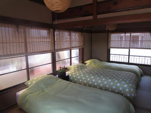 A bed or beds in a room at 古民家貸切 in Yokohama, Guest House Sugita