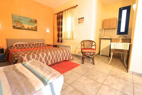 Un pat sau paturi într-o cameră la Katerina's Bungalows
