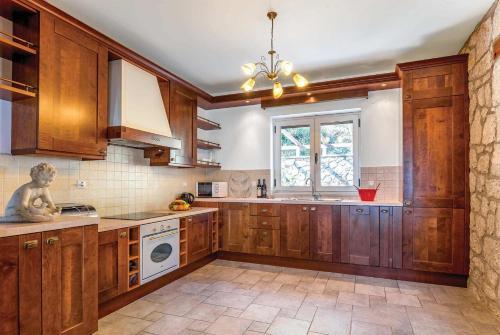 Η κουζίνα ή μικρή κουζίνα στο Perigiali Villa Sleeps 6 Air Con WiFi