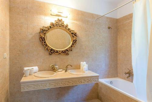 Ένα μπάνιο στο Perigiali Villa Sleeps 6 Air Con WiFi