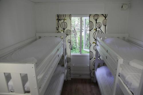 Våningssäng eller våningssängar i ett rum på Fotevikens Stugby