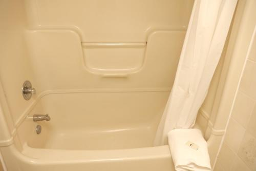 A bathroom at Fullerton Manor Inn