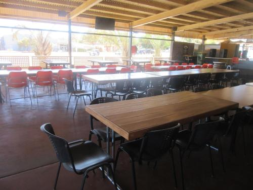 A restaurant or other place to eat at Dampier Mermaid Hotel Karratha