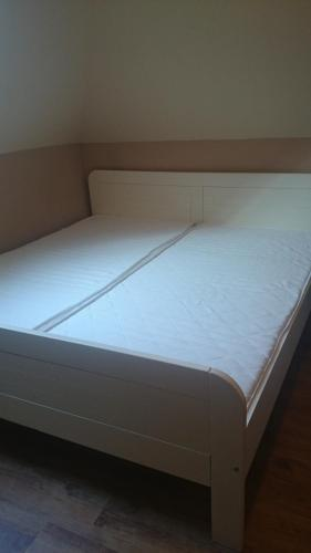 A bed or beds in a room at Iso Apartman