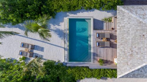 A view of the pool at Hurawalhi Island Resort or nearby
