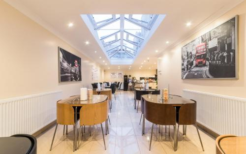 A restaurant or other place to eat at Royal London Hotel By Saba