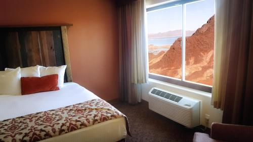 A bed or beds in a room at Hoover Dam Lodge