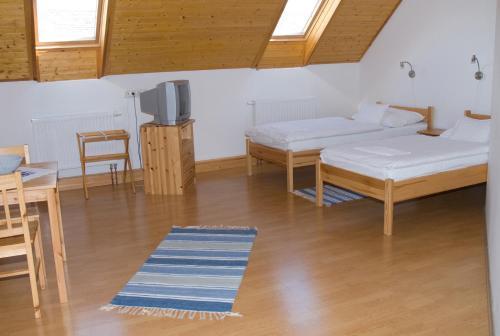 A bed or beds in a room at Haramia Csapszék és Fogadó