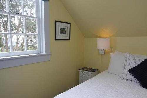 A bed or beds in a room at Seagull Inn Bed & Breakfast