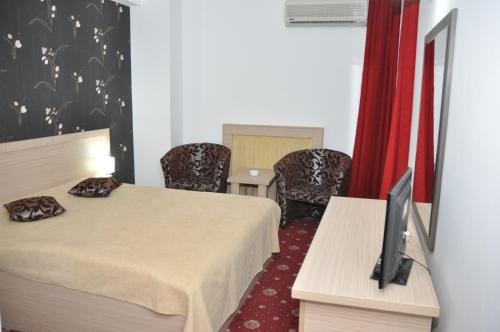 A bed or beds in a room at Hotel Dambovita