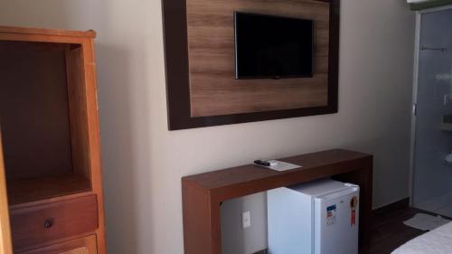 Una televisión o centro de entretenimiento en Estalagem do Carmo