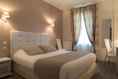 A bed or beds in a room at The Originals City, Hôtel de Bordeaux, Bergerac (Inter-Hotel)