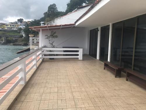 A balcony or terrace at Praia de guaratiba