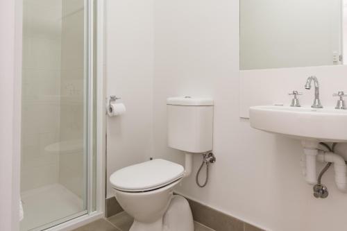A bathroom at Somerset Hotel