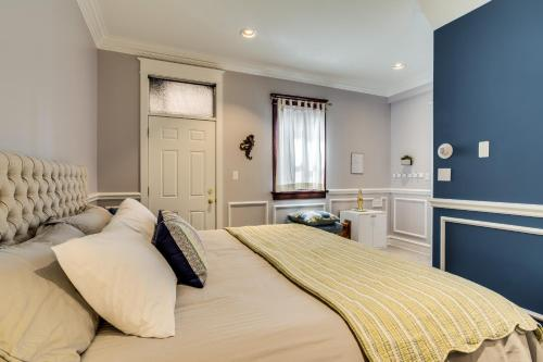 A bed or beds in a room at Ruby Room Inn