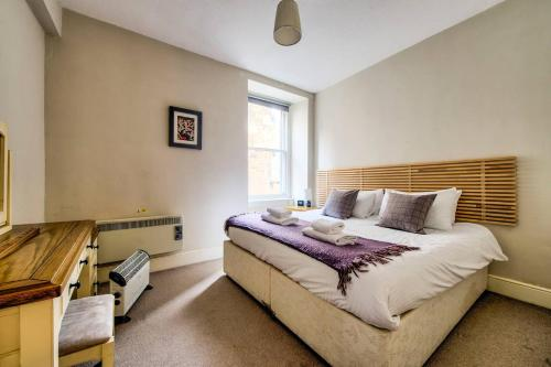 A bed or beds in a room at ALTIDO Amazing Location! - Lovely Rose St Apt in New Town