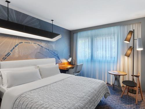 A bed or beds in a room at Le Méridien Etoile