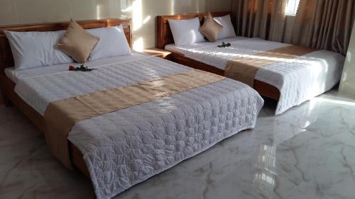 Giường trong phòng chung tại Hotel Hoai Anh