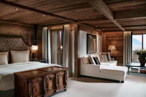 Кровать или кровати в номере The Alpina Gstaad
