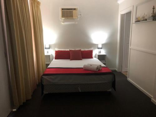 A bed or beds in a room at Budget Peninsula Palms Nelson Bay