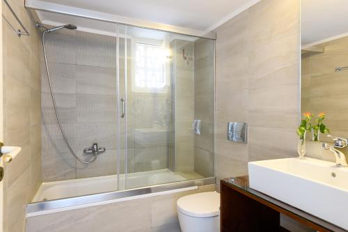 A bathroom at Bellevue Suites