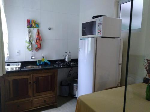 A kitchen or kitchenette at Encantada Floripa 2
