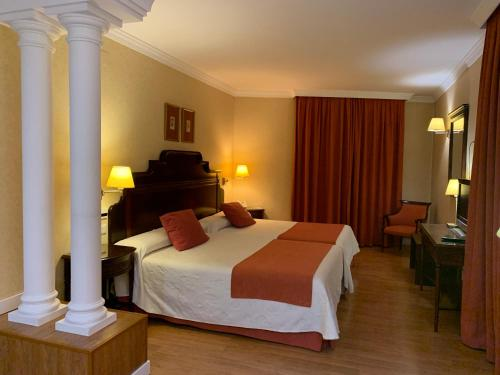 A bed or beds in a room at Hotel Santo Domingo Lucena