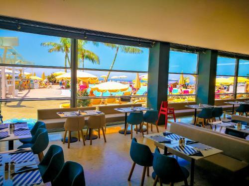 Een restaurant of ander eetgelegenheid bij Apartamentos Monteparaiso