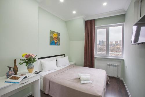 Cama ou camas em um quarto em Leyla Apartments 6 At Fountain Square