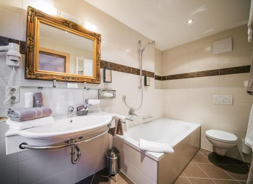 A bathroom at Arlen Lodge Hotel
