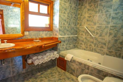 A bathroom at Costa Brava Apart Hotel