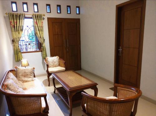 A seating area at Rumah Nyaman di Kudus