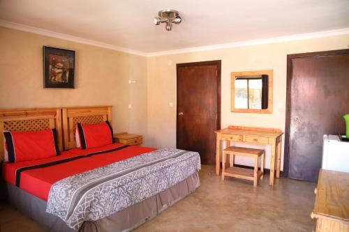 Кровать или кровати в номере Palmeiras Guest House Matola