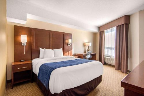 A bed or beds in a room at Comfort Inn & Suites Medicine Hat
