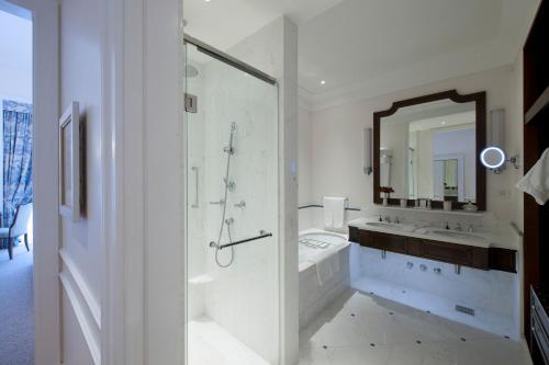 Um banheiro em Copacabana Palace, A Belmond Hotel, Rio de Janeiro