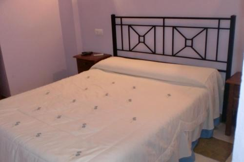 A bed or beds in a room at Hostal Restaurante La Ilusion