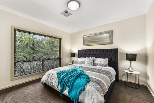 A bed or beds in a room at Accommodation On Lansell 1