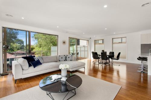 A seating area at NEW Inner Melb Luxury Modern Grand Holiday House - Great Location, Wifi, Parking